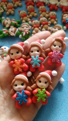Apliques de Natal, mamãe Noel Christmas Decorations, Christmas Ornaments, Holiday Decor, Book Cupcakes, Polymer Clay Christmas, Pasta Flexible, Clays, Clay Tutorials, Christmas Time