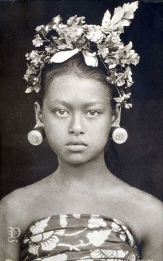 Female dancer playing a refined male character, possibly Arjuna - Indonesia via Digital Collection NYPL Old Pictures, Old Photos, Vintage Photographs, Vintage Photos, Female Dancers, Tribal Women, People Art, Balinese, Photo Reference