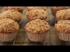 These apple crumble muffins are soft and fluffy, stuffed with small chunks of fresh apples and topped with rich cinnamon crumble topping. Apple Crumble Muffins, Apple Crumble Topping, Healthy Apple Crumble, Apple Cinnamon Muffins, Crumble Recipe, Cinnamon Crumble, Oatmeal Muffins, Apple Dessert Recipes, Cupcake Recipes