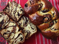 Cozonac or Kozunak (Bulgarian:козунак,) is a traditional Bulgarian and Romanian sweet bread. Cookbook Recipes, Baking Recipes, Cake Recipes, Dessert Recipes, Romanian Desserts, Romanian Food, Pastry And Bakery, Cake Flavors, Sweet Bread