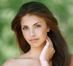 Frauen-Tee Der Frauentee hilft bei verschiedenen typisch weiblichen Beschwerden wie Menstruationsbeschwerden, Prämenstruellem Syndrom oder Wechseljahrsbeschwerden.  Der Tee hilft, das Hormonsystem auszugleichen und die weiblichen Organe zu stärken. Mischen Sie:  30 gr Schafgarben-Kraut  30 gr Johanniskraut-Kraut 30 gr Melissen-Kraut 10 gr Salbei-Blätter