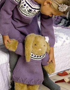 Kjole til pige og bamse - Hendes Verden - ALT.dk Knitting For Kids, Baby Knitting, Doll Patterns, Knitting Patterns, Build A Bear, Baby Born, Baby Cardigan, Children In Need, Drops Design