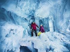 Auch der Pitztaler Gletscher hat ein sehenswertes Innenleben: Eine halbkreisförmige Gletschereishöhle mit stark überhängenden und senkrechten Abbrüchen. Während der Tour spazieren die Besucher rund 30 Meter unter der Oberfläche durch eine zufällig entdeckte Gletscherspalte - weltweit einmalig.