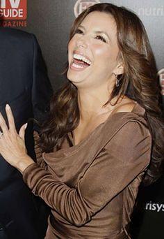 """Eva Longoria : photo de Eva Longoria - Gala avec Eva Longoria - Rire de star - Photos de stars - Au gala des stars les plus sexy, à Los Angeles, Eva Longoria est partie dans un de ces fous rires... C'est au côté de George Lopez, star d'un sitcom latino-américain, """"The George Lopez Show"""", qu'elle est apparue sur tapis rouge..."""