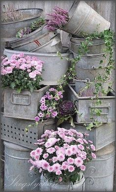 Here are more ideas for your garden this year. This time we found vintage garden decorations. Vintage garden decorations you can find in your basement. Diy Garden, Dream Garden, Garden Landscaping, Vintage Garden Decor, Vintage Gardening, Beautiful Gardens, Beautiful Flowers, Deco Floral, Yard Art