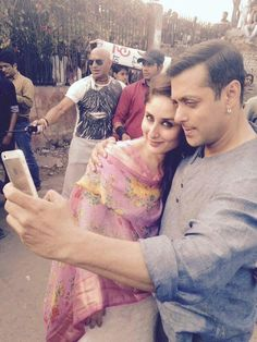 "Salman & Kareena pose for a selfie on ""Bajrangi Bhaijaan"" sets 2"