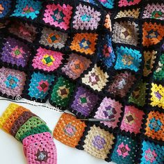 Crochet granny with black background example. Granny Squares, Joining Crochet Squares, Crochet Square Patterns, Granny Square Blanket, Crochet Motif, Crochet Baby, Knit Crochet, Crochet Granny, Crochet World