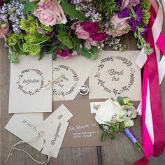Trycksaker till bröllop, tryckt på kvistpapper. Till en photoshoot med @drombrollopet för någon vecka sedan. Fotograf duktiga  @fotograf_malin_norlen Blommor  @melodyflowers #smycken @juvelia.se #trycksakerbröllop #inbjudningskort #bröllopsinbjudan #rustiktbröllop #vintagebröllop #placeringskort #bröllopsdukning