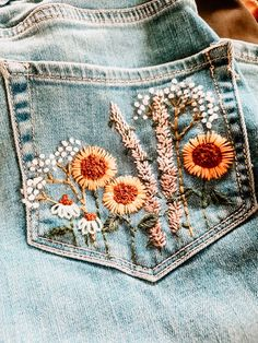 Embroidery On Clothes, Cute Embroidery, Embroidered Clothes, Embroidery Patterns, Jeans With Embroidery, Diy Embroidered Jeans, Painted Clothes, Diy Jeans, Diy Clothing