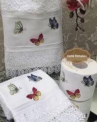 Resultado de imagem para porta toalha de lavabo Chandelier Wedding Decor, Applique Towels, Butterfly Decorations, Luxury Towels, Bathroom Towels, Machine Embroidery, Embroidery Designs, Decoupage, Diy