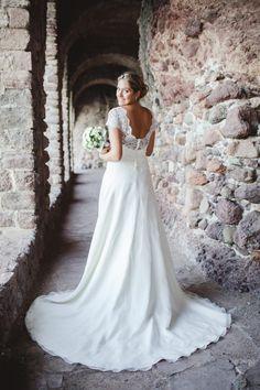Yasmina dans sa robe de mariée sur-mesure Mademoiselle de Guise. Wedding / Weddingdress / Lace / Paris
