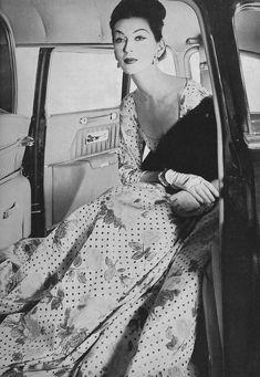 Dovima, photo by Irving Penn, Vogue 1956