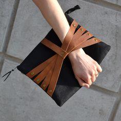 Leather Web Detail olkalaukku, konjakki, nahkatausta. Salmiak Studio, Finnish design