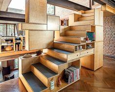 Projetada pela arquiteta Renata Pati e pelo designer Claudio Correa, a escada faz as vezes de estante nesta casa. A pe�a � feita de compensado naval e tem nichos irregulares, que d�o o charme final