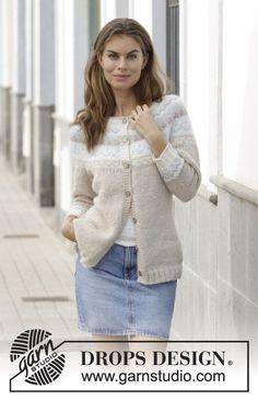 Strikket jakke med rundfelling og flerfarget norsk mønster, strikket ovenfra og ned. Størrelse S - XXXL. Arbeidet er strikket i DROPS Air