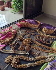 Indian Jewelry Earrings, Jewelry Design Earrings, Ruby Jewelry, India Jewelry, Trendy Jewelry, Gold Jewelry, Jewelry Art, Jewelery, South Indian Bridal Jewellery