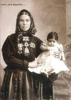 Donna con bambino in abito tradizionale di Quartu Sant Elena 1910