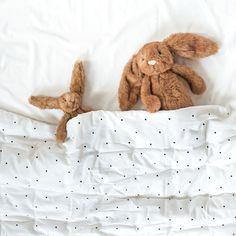 Il est l'heure d'aller au lit ! Bonne nuit les p'tits lapins 🐰 . Lapins Maple Jellycat (trop trop doux ♡) - Couverture imprimé pois Liewood (sa grande taille permet d'en faire un joli tapis de jeux, ou même une couette dans le lit des plus grands) . . #doudou #linge #chambreenfant #chambrebebe #bebe #decobebe #babyroom #baby #scandinave #cadeaudenaissance #cadeaunaissance #petitsixieme