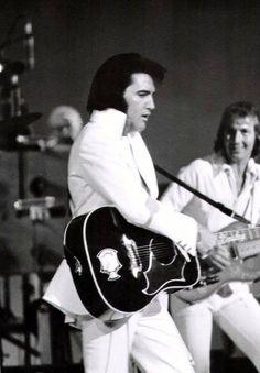 Elvis on stage in Las Vegas, with James Burton on lead guitar, in August Elvis Presley Live, Elvis Presley Concerts, Elvis In Concert, Elvis And Priscilla, Elvis Presley Photos, Lisa Marie Presley, Priscilla Presley, Rock And Roll Songs, Rock Roll