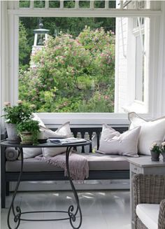 Rincón con ventana con vistas al jardín. Corniche Interior Design
