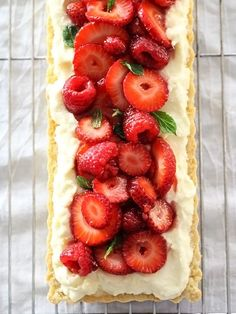 Berry Tart With Lemon Curd Mascarpone is my new favorite dessert #recipe #strawberries