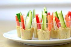 Vegetarisches Fingerfood: Hummus im Glas mit Gemüsesticks (vegan)