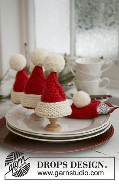 """Santa's Breakfast - Knitted DROPS Christmas egg warmers and Christmas serviette ring in """"Alaska"""". - Free pattern by DROPS Design Crochet Christmas Ornaments, Christmas Knitting Patterns, Felt Christmas, Knitting Patterns Free, Christmas Crafts, Christmas Decorations, Free Knitting, Free Pattern, Crochet Patterns"""