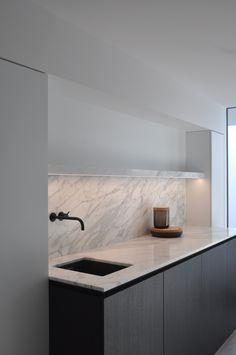 Shelving design Laundry room - VLJ Residence in Belgium by vlj-architecten Home Interior, Kitchen Interior, New Kitchen, Kitchen Decor, Interior Design, Kitchen Layout, Modern Laundry Rooms, Laundry In Bathroom, Modern Kitchen Shelfs