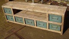 Laatjes met hout tv meubel Diy Furniture Easy, Recycled Furniture, Furniture Design, Industrial House, Industrial Furniture, Wood Entertainment Center, Muebles Living, Diy Interior, Farmhouse Kitchen Decor