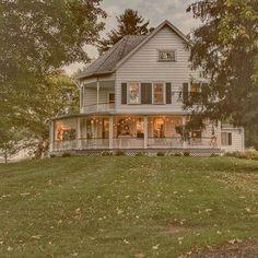 𝓜𝓮𝓰'𝓼 oldfarmhouse please Maison de ferme House With Porch, My House, Hale House, Future House, Dream House Exterior, House Goals, My Dream Home, Dream Life, Exterior Design