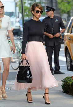 Jessica Alba channelled Audrey Hepburn at New York Fashion Week love the skirt and shoes! Mode Chic, Mode Style, Style Me, Style Blog, 60s Style, Mode Outfits, Fashion Outfits, Womens Fashion, Fashion Trends