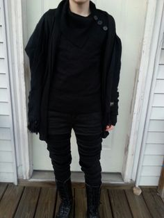 Goth non-binary witch who likes outfits.
