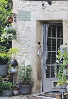 French Country Style Interior Sylvie Sommer's flea-market finds and creative repurposing imbue her Provence home with authentic French Country style and character. French Country Cottage, French Countryside, French Country Style, French Farmhouse, Country Living, French Decor, French Country Decorating, French Interior, Provence Style