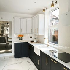 Marble Floor Kitchen, White Marble Kitchen, Black Kitchen Cabinets, Kitchen Flooring, White Kitchen Floor Tiles, White Marble Flooring, Marble Kitchen Ideas, White Kitchen Worktop, Metro Tiles Kitchen