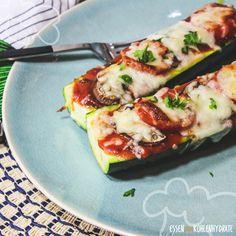 Lust auf Pizza, aber nicht auf Kohlenhydrate? Die leichten Zucchini-Pizza-Boote sind eine richtig leckere und gesunde Alternative zur klassischen Pizza. Ganz nach persönlichem Geschmack können sie kunterbunt belegt werden. Mit frischem Gemüse, aber auch mit Schinken, Thunfisch oder Hühnchen. Den Ideen sind hier keine Grenzen gesetzt. Perfekt für ein schnelles Mittagessen.     …