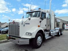 #FeatureFriday - 2012 Kenworth T800, 500HP Cummins ISX, 18 Speed RTLO-18918B, 13,200/46,000 Axle Cap, Stock #1123322. For more information call us at 1-866-670-1716. #UCBigRig #TrucksForSale #Kenworth