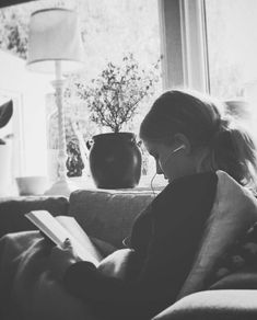 There is no friend as loyal as a book. Ernest Hemingway - There is no friend as loyal as a book. Book Photography, White Photography, Portrait Photography, Foto Portrait, Woman Reading, Girl Reading Book, Book Aesthetic, Coffee And Books, Photo Instagram