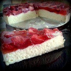 Receptbázis - Sütés nélküli 15 perces túrótorta eperrel - Hozzávalók (26 cm-es tortaformába): ,50 dkg túró ,25 dkg porcukor ,1 vaníliás cukor ,4 tojássárgája ,20 dkg vaj ,1 zselatin ,1 dl tej ,egy kis hideg víz ,Tetejére: ,50 dkg eper ,1 eperízű (piros) tortazselé - tejet felmelegítem,zselatin csomómentesre,forró tejet,zselatinos tejet,túrós masszába,tortaformát kivajazom,túrós keveréket,epreket megmosom,túrós massza,piros tortazselét,leírásnak megfelelően,torta tetejére,hűtőben tárolom…