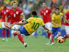 """Se aqui no Brasil surgiu o """"Futebol Arte"""", é justo que tenhamos uma exposição que conte a história do esporte no País. A mostra """"Artefutebolarte"""" acontece no Instituto Tomie Ohtake."""