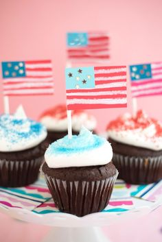 These kinds of DIY tips are really simple to make check out to get more detailed Mason Jar Crafts, Mason Jar Diy, 4th Of July Party, Fourth Of July, Cupcake Piping, Happy Birthday America, July Crafts, Food Crafts