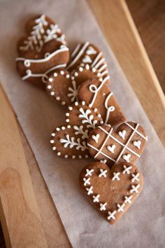 These are the most beautiful cookies I've ever seen! These are the most beautiful cookies I've ever seen! Christmas Sweets, Christmas Gingerbread, Christmas Cooking, Noel Christmas, Christmas Goodies, Simple Christmas, Gingerbread Icing, Christmas Design, Christmas Gifts