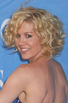 Jenna Elfmans short curly hairstyle
