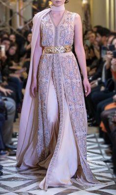 Latest Simple Mehndi Designs, Indian Henna Designs, Stylish Mehndi Designs, New Bridal Mehndi Designs, Dubai Fashion, Fashion 2020, Hijab Fashion, Moroccan Bride, Moroccan Caftan