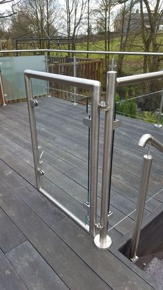 50 Incredible Glass Railing Design for Balcony Fence Balustrade Inox, Stainless Steel Balustrade, Balustrades, Glass Balustrade, Patio Railing, Balcony Railing Design, Metal Railings, Gate Design, House Design