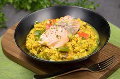 Die Curry-Reis-Pfanne mit Lachs besteht hauptsächlich aus Blumenkohl und ist so ein tolles Low-Carb-Gericht. Es schmeckt zu dem noch ausgezeichnet.