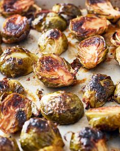 A honey-balsamic glaze ensures that these crispy roasted Brussels sprouts are irresistible. They are simple as can be with only 3 ingredients (honey, balsamic, and the sprouts) that make them a very easy side dish option. Roasted Sprouts, Sprouts With Bacon, Brussel Sprouts Balsamic Vinegar, Healthy Brussel Sprout Recipes, Best Brussel Sprout Recipe, Simple Recipe For Brussel Sprouts, Grilled Brussel Sprouts, Gourmet, Gastronomia