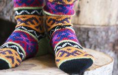Pitkät varret, runsaat orientaaliset kuviot ja mehevät värit ovat tyypillisiä turkkilaishenkisille villasukille. Neulo polvisukat talvipakkasille. Fair Isle Knitting, Knitting Socks, Bunt, Knit Crochet, Fashion, La Mode, Ganchillo, Fashion Illustrations, Fashion Models
