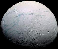 Encelade photographié par Cassini. Selon un nouveau modèle, l'épaisseur de la banquise de ce satellite de Saturne de 500km de diamètre atteint 35km au niveau de son équateur et moins de 5km dans la région active du pôle sud (rayures à gauche) où sont observés des geysers — Crédit : NASA, ESA, JPL, Cassini Imaging Team,SSI