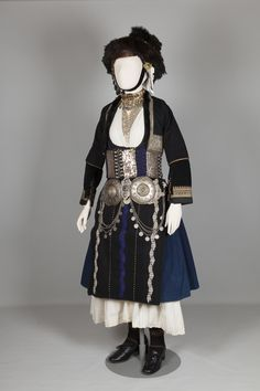 Νυφική φορεσιά. Αλεξάνδρεια (Γιδάς) Ημαθίας, Μακεδονία. Αρχές 20ού αιώνα.Συλλογή Πελοποννησιακού Λαογραφικού Ιδρύματος, Ναύπλιο. Bridal costume. Alexandria (Gidas), Imathia, Macedonia. Early 20th century. Peloponnesian Folklore Foundation Collection, Nafplion