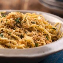 Espaguete com anchovas e pão